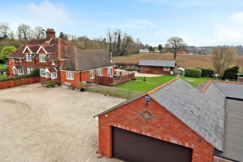 Private Road, Chelmsford, CM2. 3 bedroom semi-detached house