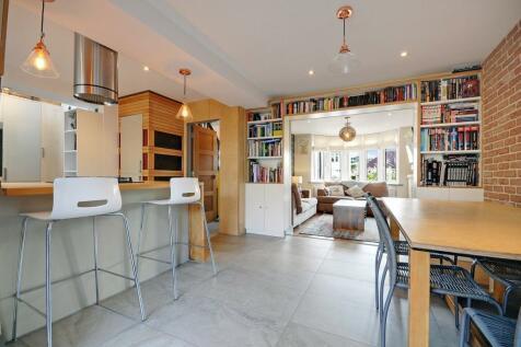 Dorset Avenue, Great Baddow, Chelmsford, CM2. 4 bedroom semi-detached house