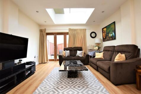 Ashflower Drive, Romford, RM3. 3 bedroom house
