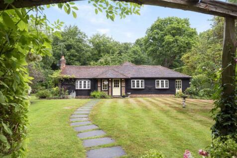 Brick Kiln Common, Wisborough Green, RH14. 4 bedroom detached bungalow