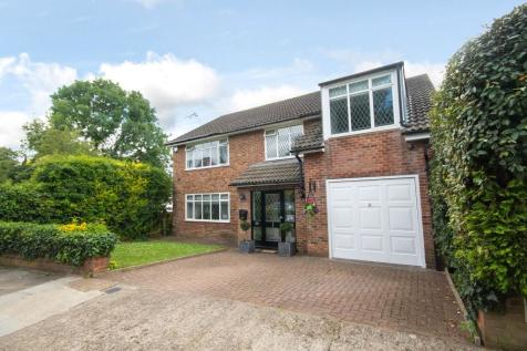 Abbey Close, Pinner, Middlesex HA5. 4 bedroom detached house for sale