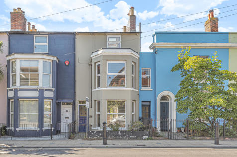 Southampton Road, Lymington. 2 bedroom maisonette