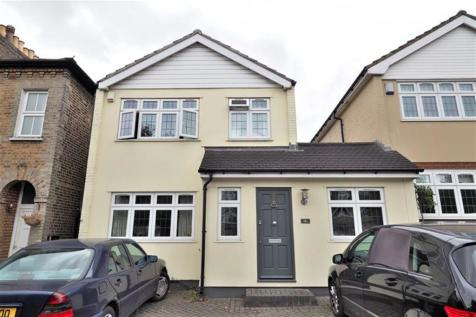 3 bedroom Detached House in Buckhurst Hill. 3 bedroom house