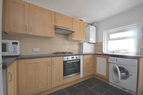 Blenheim Road, Reading, Berkshire, RG1 5NG. 4 bedroom terraced house
