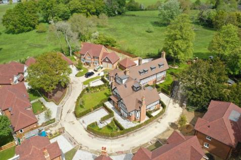 Winchfield Lodge, Old Potbridge Road, Winchfield, RG27. 3 bedroom country house for sale