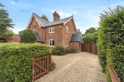 West Common, Gerrards Cross, Buckinghamshire, SL9. 3 bedroom end of terrace house for sale
