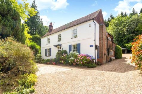 Midhurst Road, Haslemere, Surrey, GU27. 5 bedroom detached house