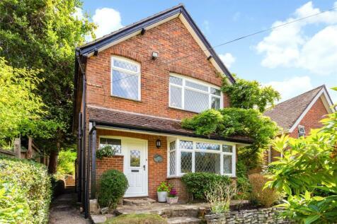 Hindhead Road, Haslemere, Surrey, GU27. 3 bedroom detached house