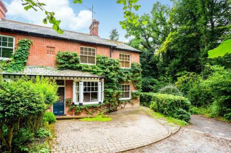 Hammer Vale, Haslemere, Surrey, GU27. 3 bedroom semi-detached house