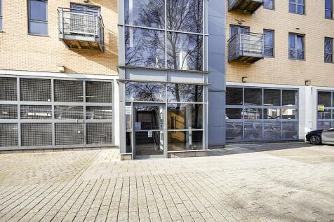Queens Court, Queens Dock Avenue, HULL. 2 bedroom apartment