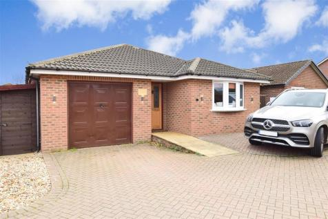 Fleet Way, Shalfleet, Newport, Isle of Wight. 3 bedroom detached bungalow
