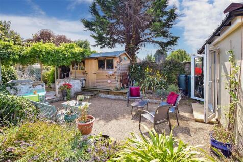 Station Road, Rainham, Gillingham, Kent. 5 bedroom end of terrace house