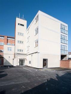 TOWN CENTRE, NN1. 3 bedroom flat