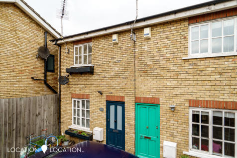 Manor Road, Stoke Newington, N16. 2 bedroom maisonette