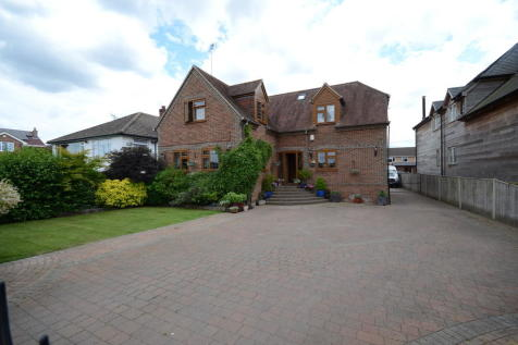 Mapledurham Drive, Purley On Thames. 4 bedroom detached house for sale