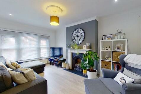 412b Garratt Lane. 2 bedroom flat