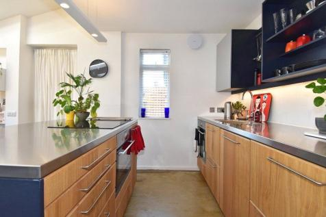 Stretton Road, Richmond, TW10. 2 bedroom apartment