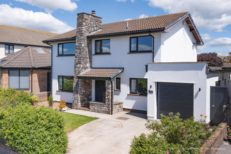 16 Stratford Drive, Porthcawl, Bridgend County Borough, CF36 3LG. 4 bedroom detached house