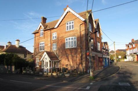 Madeira Road, Totland Bay, Isle Of Wight, PO39. 1 bedroom maisonette
