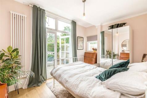Barry Road, London, SE22. 2 bedroom apartment