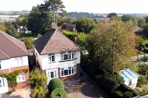 Somerset Road, Salisbury. 3 bedroom detached house
