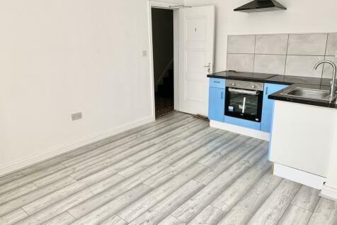 Bradford Street, Walsall WS1. Studio flat