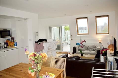 Garratt Lane, London, SW17. 3 bedroom maisonette