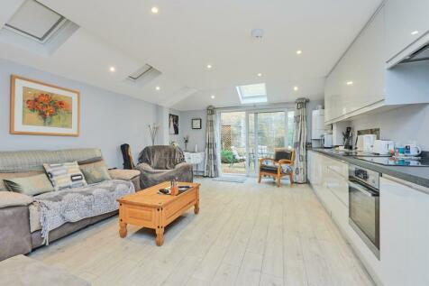 Rothschild Road, Chiswick Park, W4. 1 bedroom ground floor flat