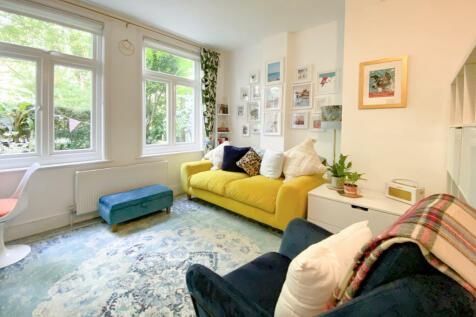 84 East Dulwich Road, London, SE22. Studio flat