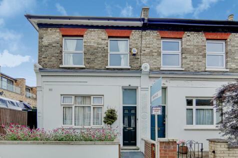 Hindmans Road, London, SE22. 2 bedroom flat