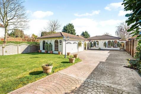 The Drive, Ickenham, Uxbridge, Middlesex, UB10. 4 bedroom bungalow