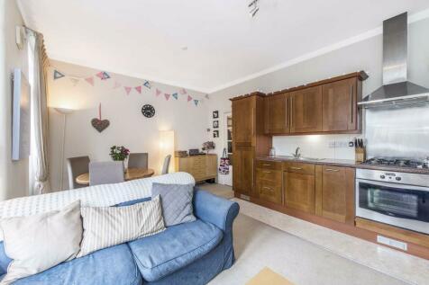 Gowan Avenue, Fulham, London, SW6. 2 bedroom flat