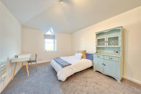 Broad Street, Teddington, TW11. Studio flat