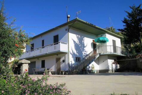 Abruzzo, Teramo, Castilenti. 3 bedroom detached house