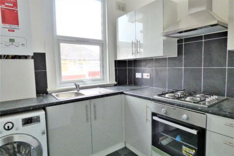 Albany Road, Romford, London, RM6. 3 bedroom flat