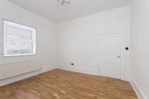 Champion Grove, Camberwell, London, SE5. 3 bedroom ground floor flat
