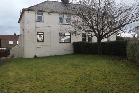 17 Carmel Avenue, Kilmarnock, Ayrshire, KA1. 2 bedroom ground floor flat