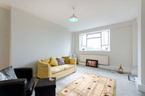 Kingston Hill, Kingston Hill, Kingston upon Thames, KT2. 3 bedroom flat