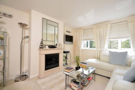 South Bank, Surbiton, KT6. 2 bedroom maisonette