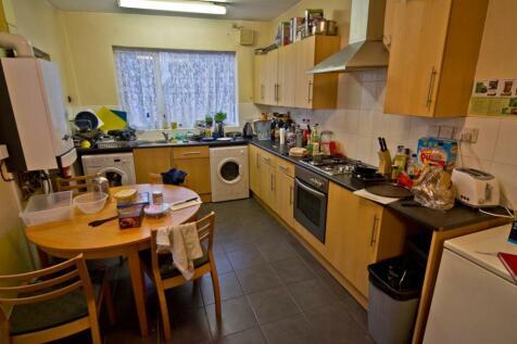 **£90pppw** Harrington Drive, NOTTINGHAM NG7. 4 bedroom end of terrace house