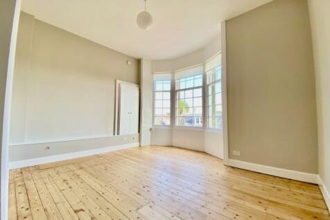 Corbiehill Road, Davidsons Mains, Edinburgh, EH4. 2 bedroom flat