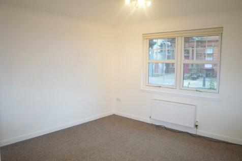 High Street, Cowdenbeath, Fife, KY4. 2 bedroom flat