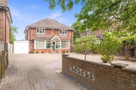 Crawley Road, Horsham, West Sussex, RH12 4DR. 4 bedroom detached house