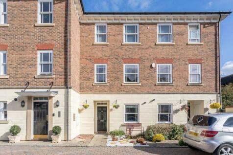 Farriers Court, London Road, Horsham, West Sussex, RH12 1BA. 3 bedroom maisonette for sale