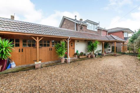 St. Aubins Park, Hayling Island, Hampshire, PO11. 5 bedroom detached house for sale