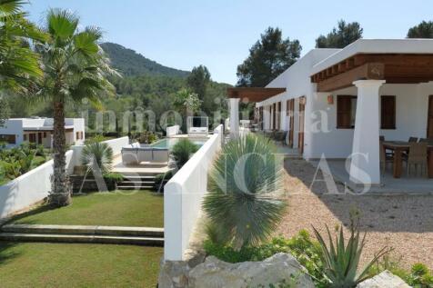 Balearic Islands, Ibiza, Santa Eulària Des Riu. 5 bedroom villa for sale