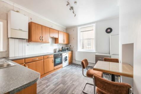 Queen Caroline Street, Hammersmith Broadway, Hammersmith, London, W6. 3 bedroom flat