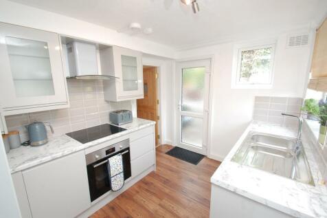 Ongar Road, Brentwood, Essex, CM15. 2 bedroom ground floor flat