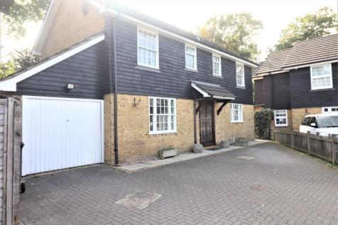 Fairlands Avenue, Buckhurst Hill, Essex, IG9. 3 bedroom detached house