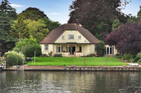 Chertsey Lane, Staines-Upon-Thames. 4 bedroom detached house